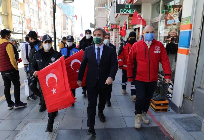 Valimiz Sn. Hamza AYDOĞDU Türk Bayrağı hediye ederek, onları, saat 19.21'de