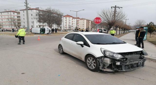Otomobil İle Hafif Ticari Araç Çarpıştı: 3 Yaralı