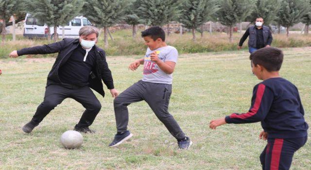 Vali Aydoğdu ve Protokol Üyeleri Çocuklarla Futbol Maçı Yaptı