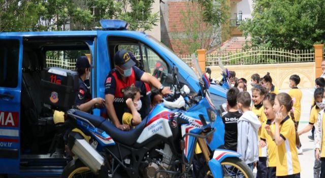 Jandarmadan Çocukların Heyecanına Ortak Oldu