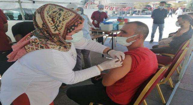3. Doz Aşısını Yaptıran Sağlık Müdürü Anne ve Babasının Aşısını Yaptı