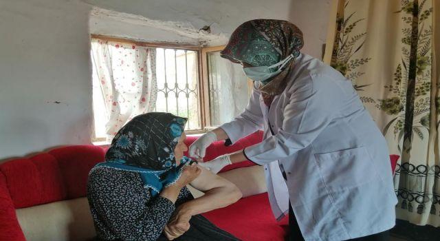 81 Yaşındaki Hacer Nineye Sağlık Ekipleri Aşıyı Evinde Yaptı