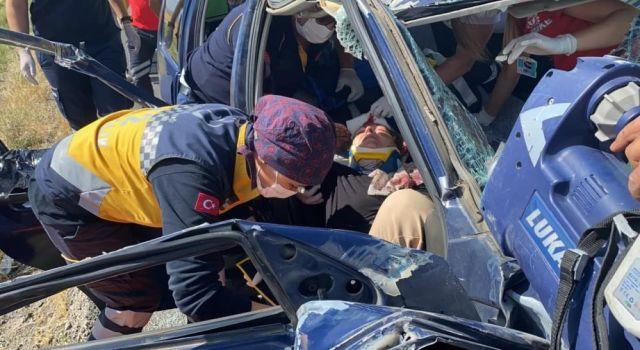 Trafik Kazasında Araca Sıkışan Kadın Kendi Acılarını Unutup Eşini ve Kızını Sordu