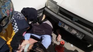 Covid-19 Testi Pozitif Çıkan Yaşlı Kadına Ambulanstan İnerken Otomobil Çarptı