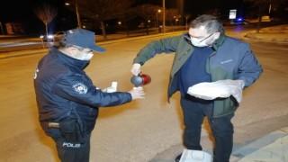Doktordan Uygulama Yapan Polislere Çay ve Kek İkramı