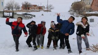 Nisan Ayında Yağan Kar Çocukları Sevindirdi