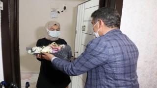 Vali Aydoğdu'dan Unutulan Öğretmene Çiçekli Doğum Günü Sürprizi