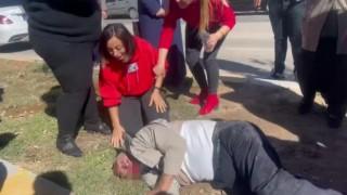 Otomobiliyle çarptığı adamın başında gözyaşlarıyla dua etti