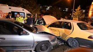 Ticari Taksi İle Otomobil Çarpıştı: 3 Yaralı